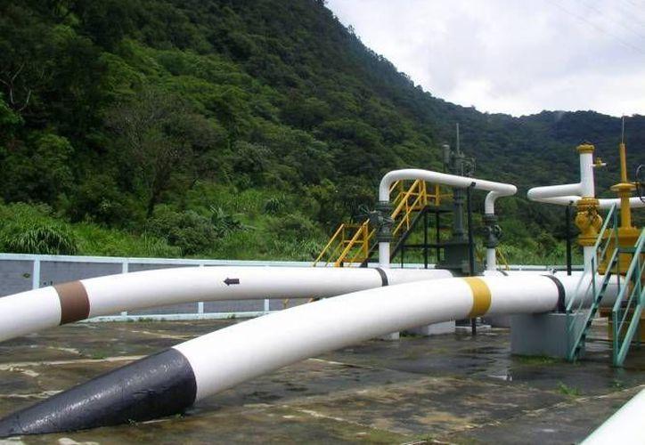 Entre una de las medidas solicitadas por el Congreso a Pemex, está el reforzar relaciones con las secretarías de Defensa y de Marina, con el fin de vigilar los ductos destinados a transportar el hidrocarburo. (Archivo Notimex)