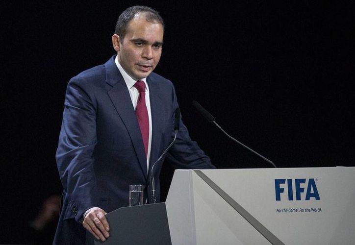Príncipe Ali bin al-Hussein lanzó su candidatura a la presidencia de FIFA. (AP)