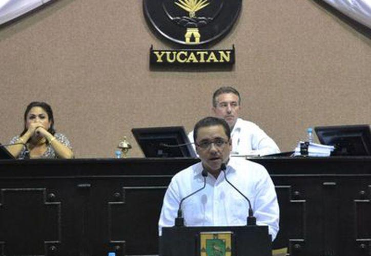 El diputado Victor Hugo Lozano Poveda exhortó a que se emita un decreto que detenga el aumento al precio de las gasolinas. (SIPSE)