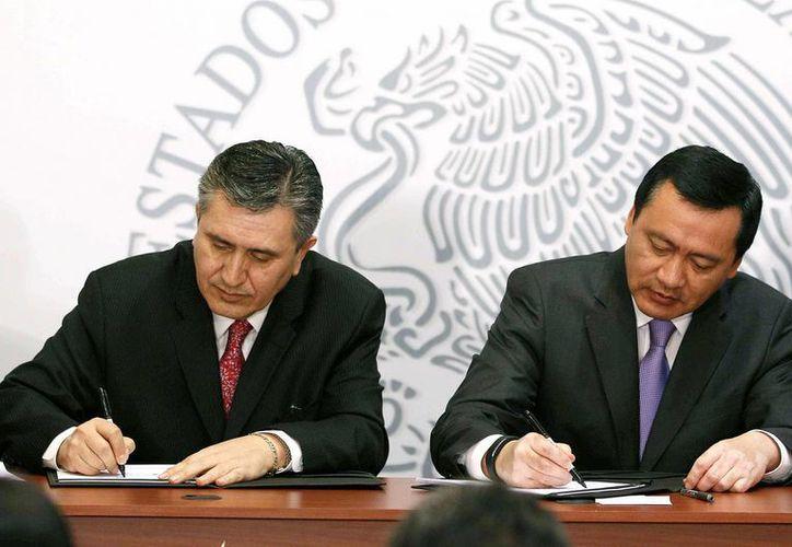Osorio Chong aseguró que para el gobierno federal es prioridad garantizar el pleno acceso a la justicia de todos los mexicanos. En la imagen, durante la firma de un convenio con la CNDH. (Notimex)