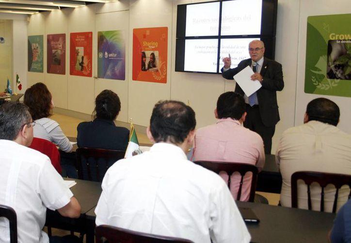 Armando de Lucas ofreció conferencia a turisteros. (Milenio Novedades)