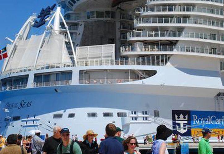 Hasta el 30 de abril se habían contabilizado un millón 455 mil 142 turistas que arribaron por medio de cruceros a Cozumel este año. (Gustavo Villegas/SIPSE)