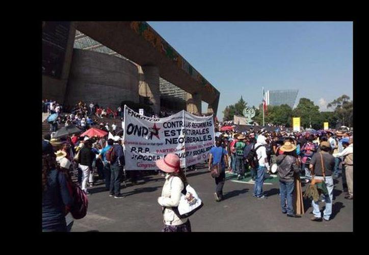 Pese a que la marcha estaba programada para las 09:00 horas, los contingentes partieron con dirección al Zócalo con casi dos horas de retraso. (Alejandro Madrigal/Milenio)