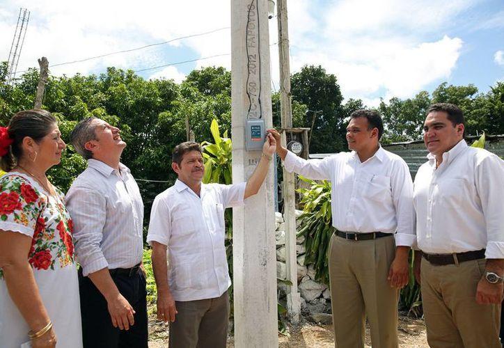 El gobernador Rolando Zapata puso en marcha ayer diversas obras durante una gira de trabajo. (SIPSE)