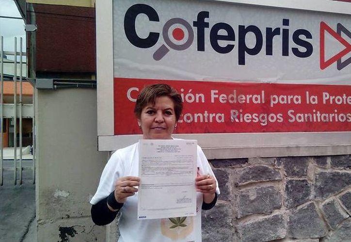El permiso fue otorgado a Aída Araceli Gutiérrez, originaria de Torreón, Coahuila, quien es abuela de una de las primeras pacientes que usó medicamento con marihuana para la epilepsia. (Facebook HempMeds Mexico)