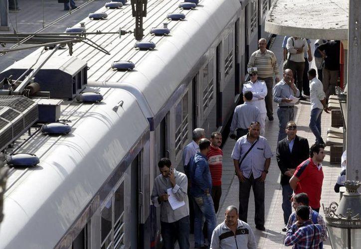 Agentes de seguridad egipcios inspeccionan el metro en El Cairo, donde estalló una bomba de ruido en uno de los vagones. (Foto: EFE)