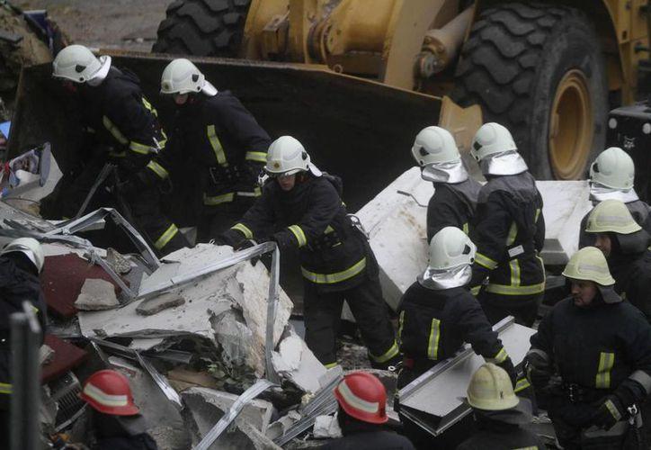 Los servicios de emergencias siguen trabajando en el lugar del desplome. (EFE)
