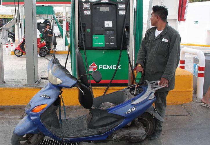 El domingo, el costo de la Premium cerró en 19.20 pesos por litro, la Magna alcanzó 17.60 y el Diésel 18.65 pesos. (Foto: Israel Leal/SIPSE)