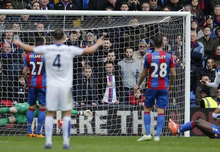 Gol solitario del argelino Riyad Mahrez dio el tercer triunfo consecutivo del Leicester City. (AP)