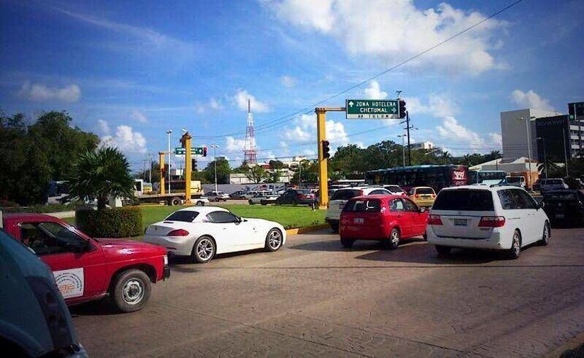 El tráfico en la avenida Tulum sorprendió a usuarios de las redes sociales. (Twitter/@enriquekc)