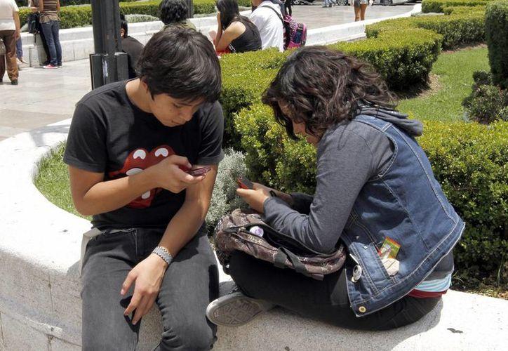 Los usuarios de dispositivos móviles se han vuelto tan importantes en la vida de los mexicanos, que muchos aseguran que no lo apagan al ir a dormir. (Archivo/Notimex)