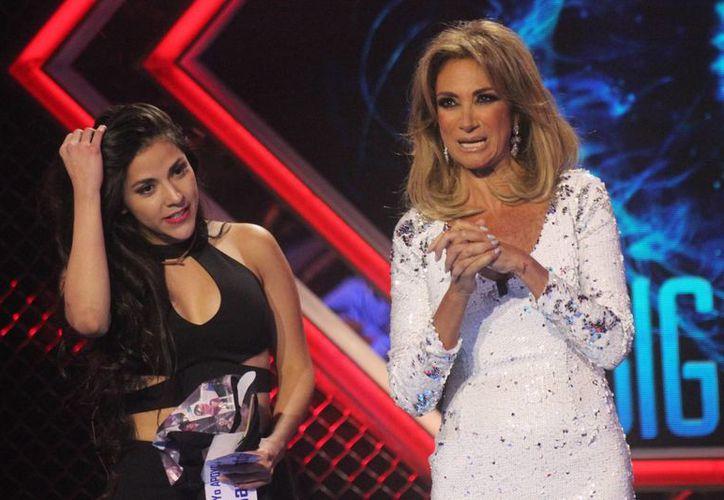 La conductora de Big Brother Adela Micha junto a Shira Casar, participante de la edición 2015, la cual 'resaltó' por el bajo éxito obtenido en sus niveles de audiencia. (Archivo Notimex)
