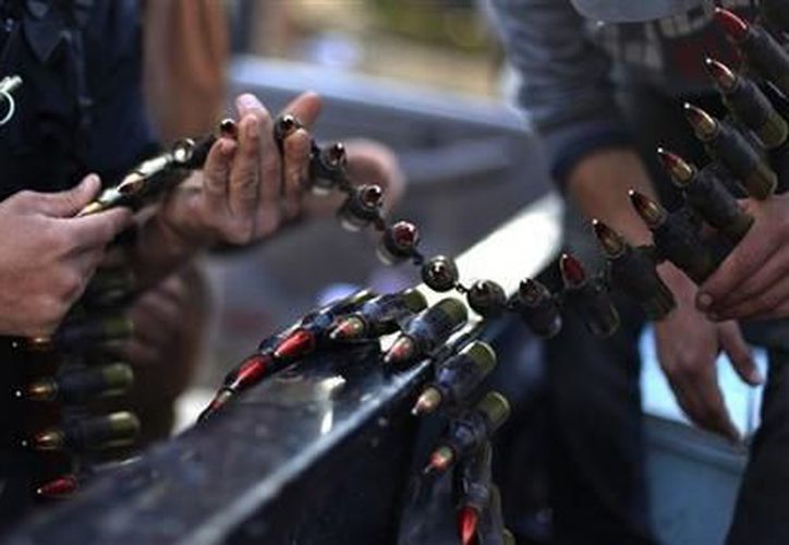 Rebeldes sirios inspeccionan sus municiones durante enfrentamientos contra fuerzas sirias en el pueblo de Harem, Siria. (Agencias)