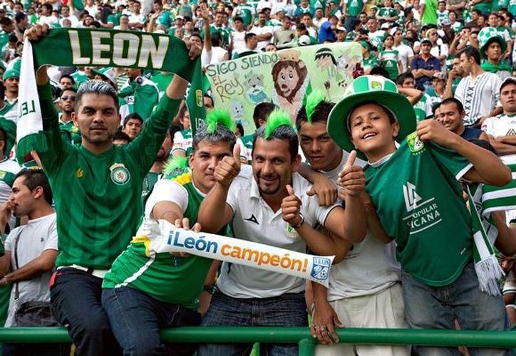 La Afición del León celebra el retorno de su equipo a la Primera División. (mediotiempo.com)