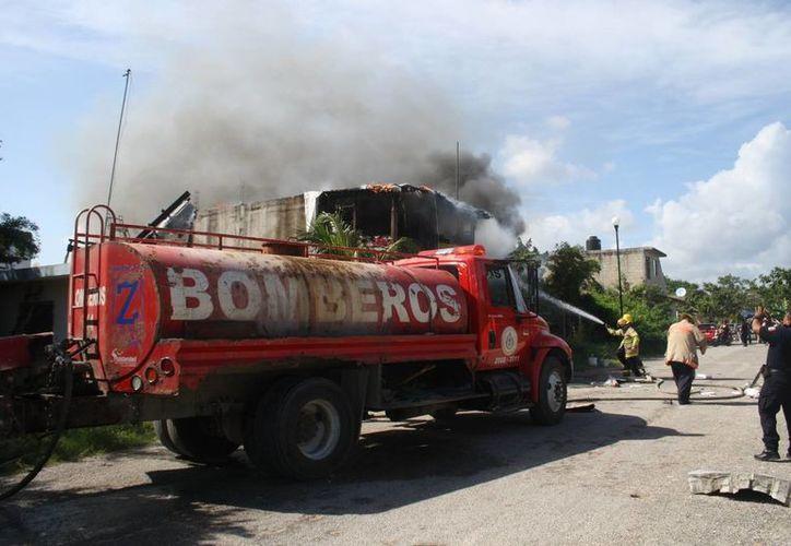Los bomberos acudieron de inmediato para combatir el incendio. (Adrián  Barreto/SIPSE)