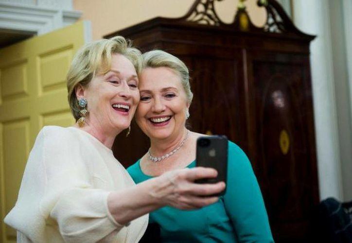 La actriz Meryl Streep y Hillary Clinton en una cena de gala en el Centro Kennedy en Diciembre del año pasado. (Agencias)