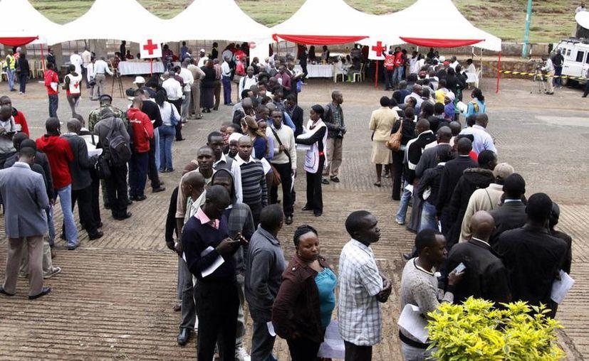 Cientos de personas hacen fila esperando donar sangre para los heridos. (Agencias)