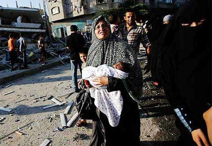 Ministro de Palestina entregó a los fiscales de la Corte Penal Internacional un documento donde detalla posibles crímenes de guerra cometidos por Israel en Gaza. Imagen de una mujer después de un ataque de Israel contra palestinos. (Archivo/AP)