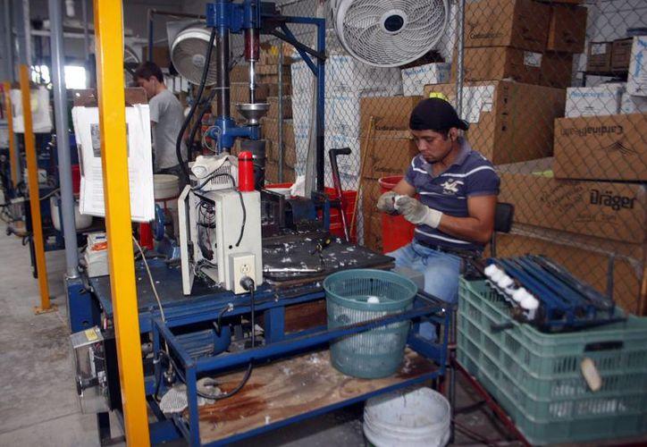 La industria genera miles de empleos en Yucatán. Se espera un aumento de contrataciones para el último trimestre del año. Imagen de un empleado en una fábrica de Mérida. (Milenio Novedades)