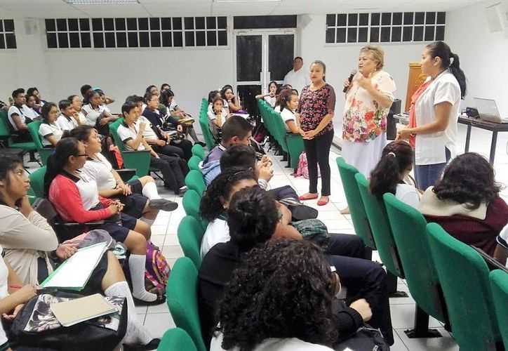 En Cozumel dieron una conferencia de los Derechos Humanos de las Mujeres para los estudiantes del Conalep. (Redacción/SIPSE).