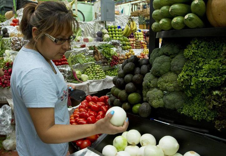 Según el Inegi, los productos con precios al alza en la primera quincena de septiembre de 2015 fueron, en la actividad primaria, jitomate, secundaria y cebolla, entre otros. (Archivo/Notimex)