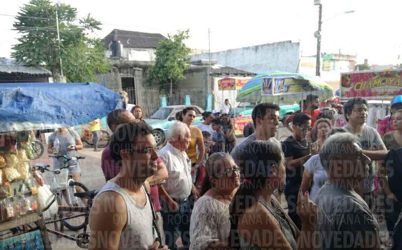 Más de 50 personas llegaron tarde a la casilla y no les permitieron pasar a votar. (Raúl Caballero/SIPSE)