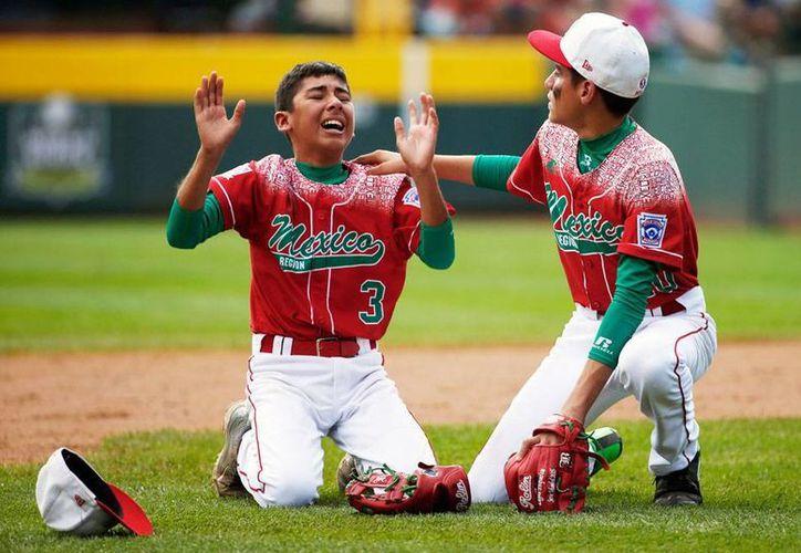 La selección mexicana de Ligas Pequeñas de Beisbol perdió ante Japón y quedó eliminada de la competencia. La imagen habla por sí sola: el desconsuelo total de los jugadores tricolores. (AP)