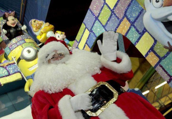Santa dice que en estas fechas se siente muy feliz porque sabe que interactuará con los niños, a quienes motiva para que se porten bien.  (Milenio Novedades)