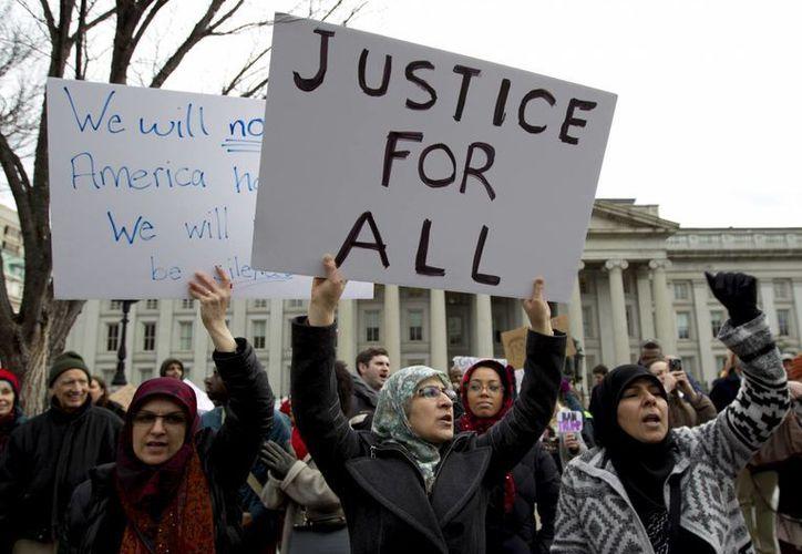Los manifestantes rodearon el Hotel Trump en Washington, muy cerca del Capilolio. (AP Photo/Jose Luis Magaña)