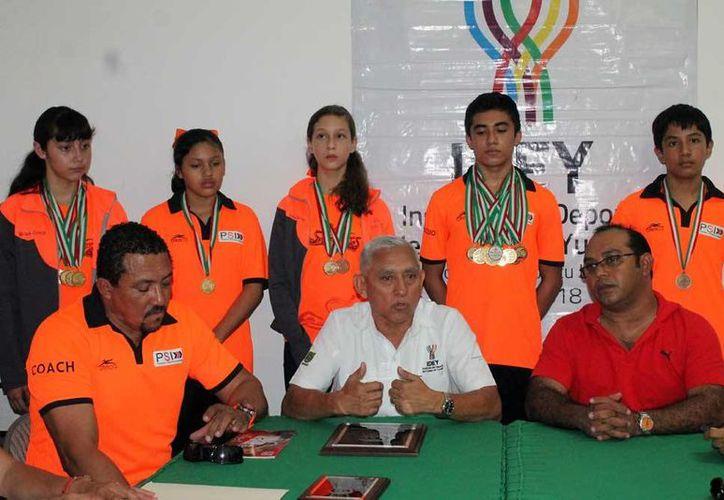 Delegación yucateca que compitió en el Campeonato Nacional de Curso Corto 2015, en Guadalajara. A la derecha se aprecia a Carlos Alberto Ambrosio Cetina, quien consiguió 7 medallas a nivel individual y dos por equipo. (SIPSE)