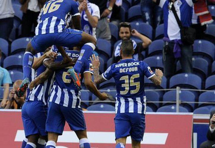 El Porto celebra haber vencido al campeón Benfica en el cierre de la temporada. (Foto: AP)