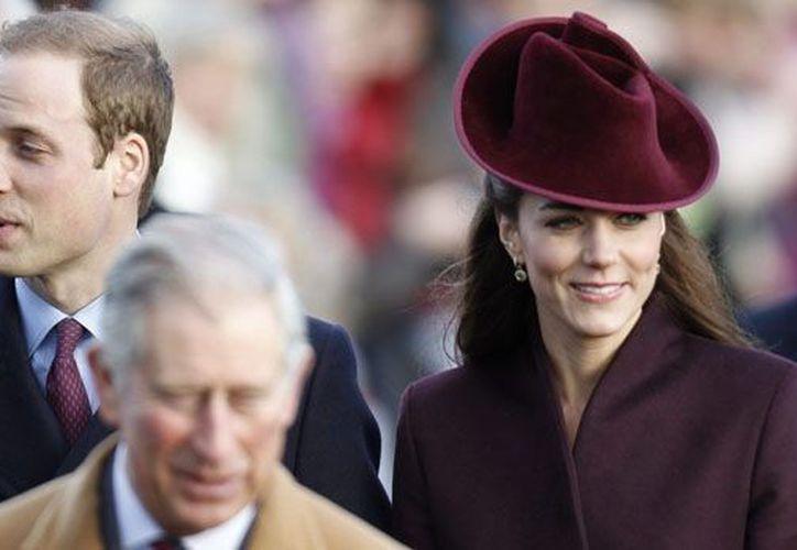 La duquesa Kate Middleton, quien aparece junto al príncipe Guillermo, fue hospitalizada recientemente debido a fuertes náuseas. (Agencias)