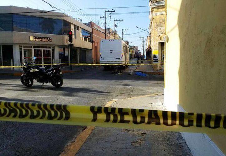 El cuerpo del ciclista terminó tendido en el pavimento en el cruzamiento de las calles 55 por 58, del centro de Mérida. (Arturo Valadez/Milenio Novedades)
