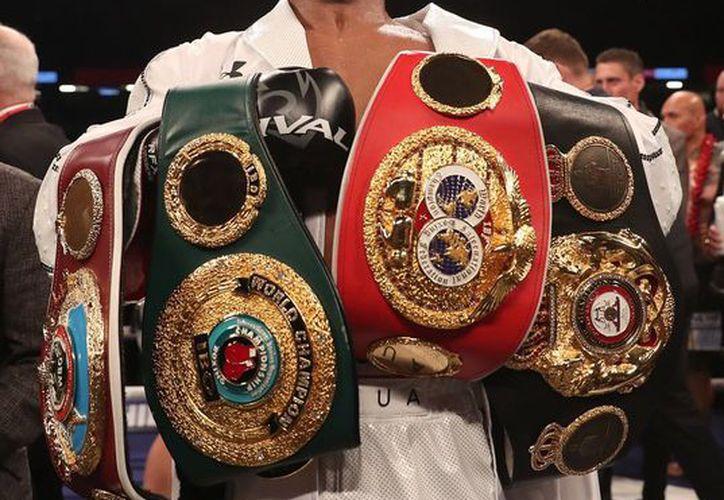 El inglés ostenta los cinturones de la Organización Mundial de Boxeo, Asociación Mundial de Boxeo y Federación Internacional de Boxeo. (Twitter)