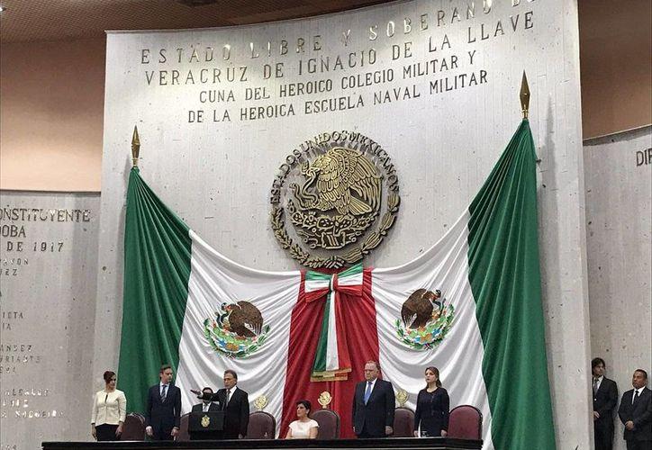 Miguel Ángel Yunes al momento de rendir protesta ante el Congreso local como gobernador constitucional de Veracru. (twitter.com/JLozanoA)