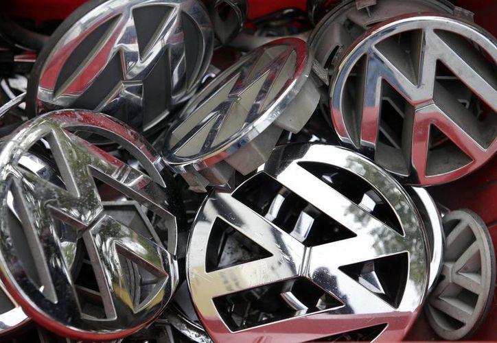 Por lo menos 1.8 millones de los vehículos de la Volkswagen están afectados. Piezas con el logo de la marca Volkswagen depositadas en una caja en Berlín, Alemania. (Agencias)