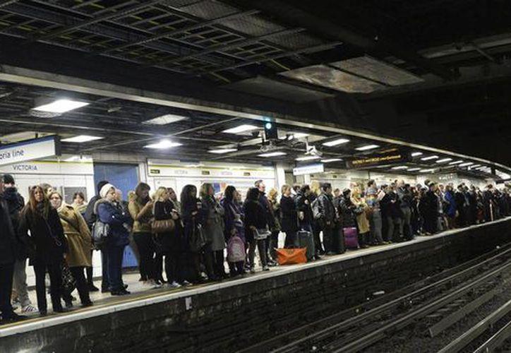 Unas tres millones de personas utilizan el servicio del Metro en Londres, uno de los más caros del mundo, como medio de transporte. (EFE)