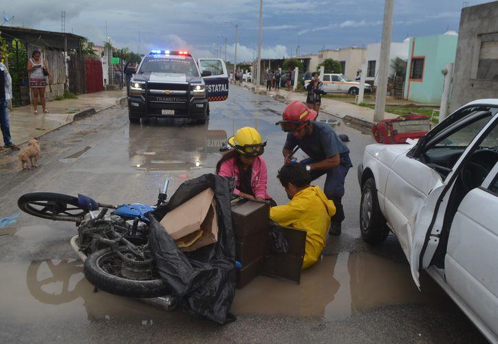 El motociclista fue trasladado al hospital para descatar alguna lesión de gravedad. (Foto: Redacción/SIPSE)