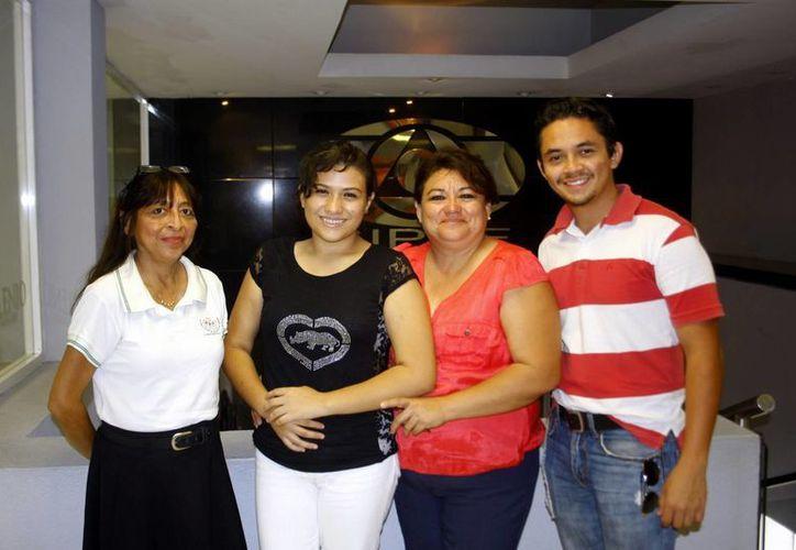 La joven Vanesa Medina Casanova acompañada de Flor Santana (izq), su madre Susana Alcocer y Pedro Ascencio Garza (der). (Milenio Novedades)