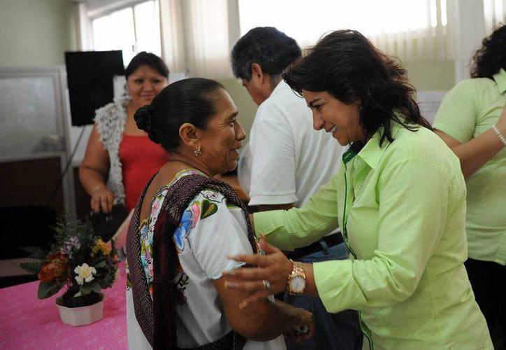 Sarita Blancarte entregó este viernes un donativo en apoyo a niños con cáncer. (Cortesía)