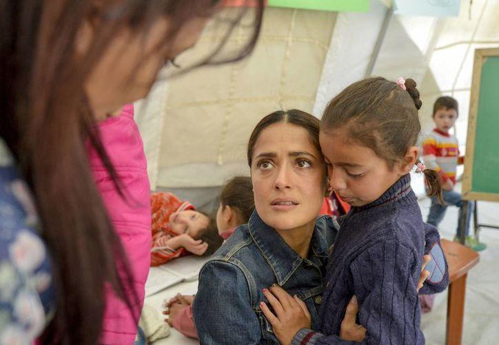 Salma Hayek convivió con un sinnumero de niños durante su visita al campamento de refugiados. (Agencias)