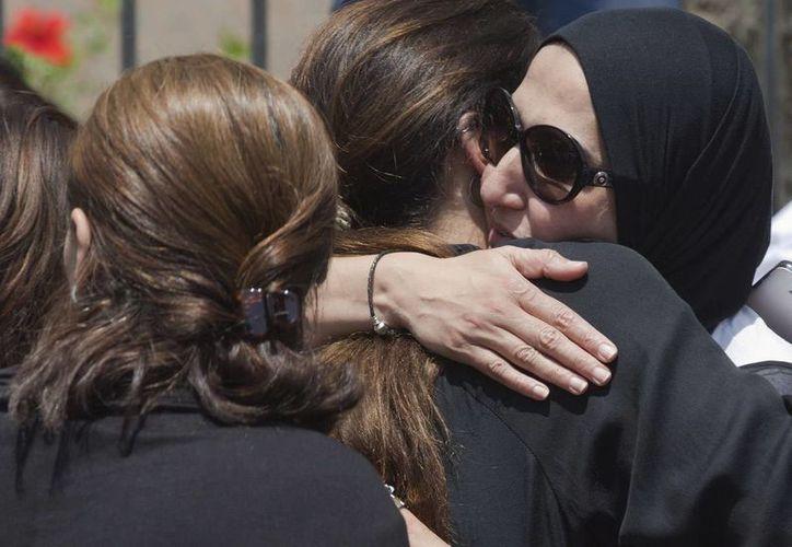 Familiares de las víctimas del vuelo de EgyptAir esperan. La Armada egipcia encontró restos humanos, maletas y otros objetos a unos 290 kilómetros al norte de la ciudad costera de Alejandría. (AP)