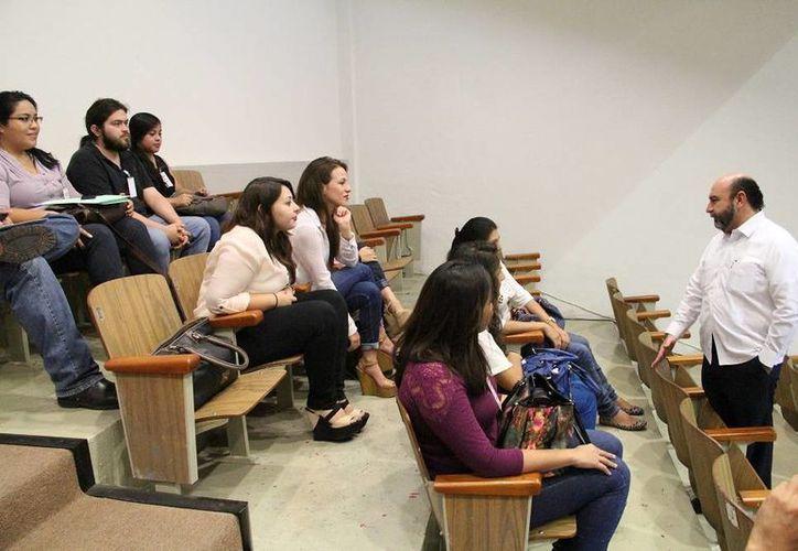 El diputado Luis Hevia Jiménez platica con estudiantes de la Universidad Modelo que participan en la Tercera Edición del Taller Legislativo. (SIPSE)