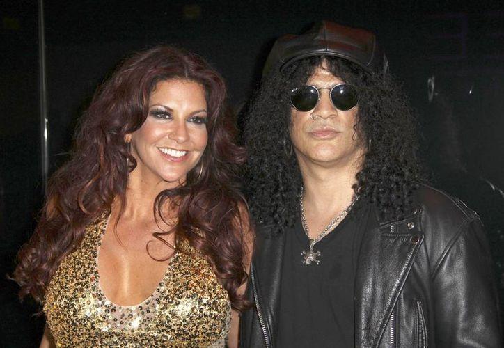 El guitarrista Slash, a la derecha, y su esposa Perla Hudson llegan a la inauguración del escenario de entretenimiento Marquee, The Star en Sydney, Australia, el 31 de marzo de 2012. La pareja solicitó el divorcio ante un tribunal en Los Angeles. (Agencias)