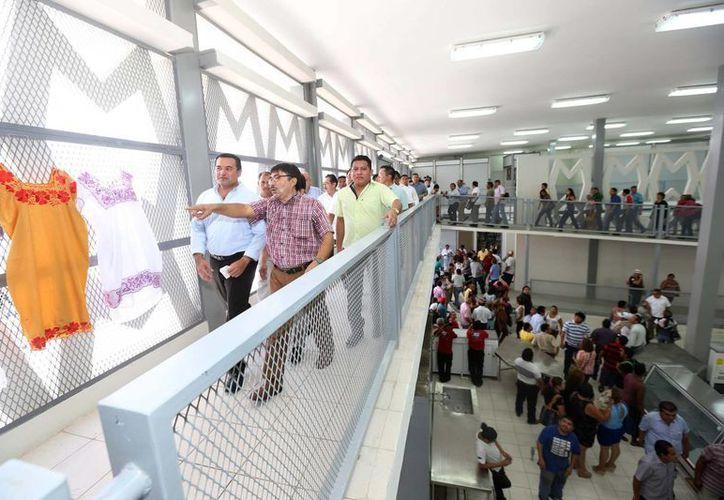 El alcalde saliente Renán Barrera durante un recorrido para constatar las rehabilitaciones hechas en los mercados centrales Lucas de Gálvez y San Benito. (Fotos cortesía del Ayuntamiento de Mérida)