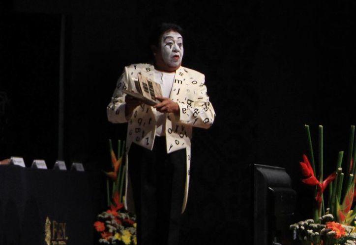 El Mimo de Yucatán presenta su espectáculo en una sala del Centro Cultural Dante. (Milenio Novedades)