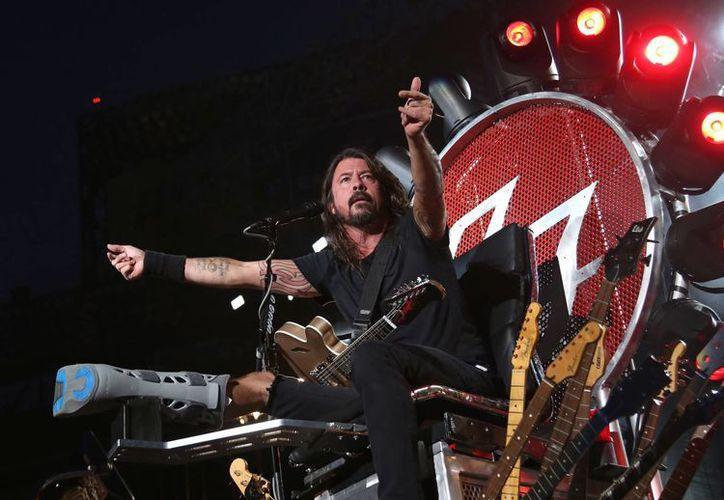 La banda encabezada por Dave Grohl exige ser reembolsada por los conciertos que cancelaron en Turín, Italia; París y Lyon en Francia; y Barcelona, en España. (AP)
