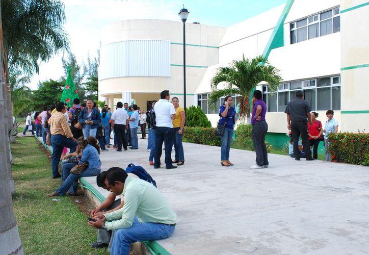 El paro inició el viernes pasado con la movilización de más de 300 maestros de 35 primarias del municipio de Benito Juárez. (Tomás Álvarez/SIPSE)