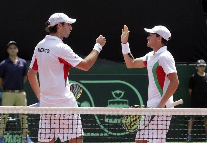 Santiago González (i) y Miguel Angel Reyes Varela son dos de los cuatro mexicanos que competirán contra Bolivia en la fase americana de Copa Davis en Mérida, Yucatán, desde este viernes. (Notimex)