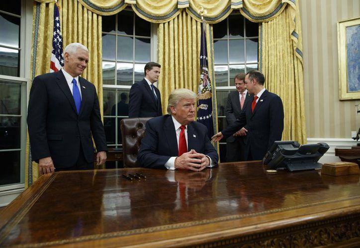 """Su principal estratega, Steve Bannon, ha dicho que la prensa es """"el partido de la oposición"""" y que los medios deberían """"callarse"""". (Foto: AP News)"""
